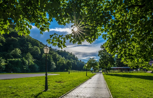 khorvatiia-zagreb-samobor-leto-solntse-zelen-trotuar-dorozhk.jpg